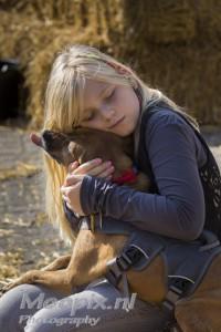 Klein blond meisje met adoptie hondje