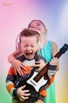 2 kinderen spelen pop idool en fan