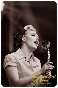 Liptease zangeres met sixties microfoon