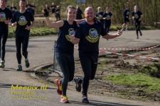 Urban Army run lopers met victory teken