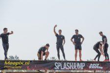 Foto van een aantal mensen op de splashjump , een obstakel van de BreakOut Run
